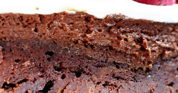 Двойной шоколадный торт с малиной4