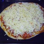 Пицца с копченной колбасой, помидорами и грибами