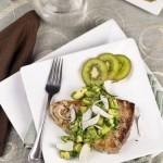 Стейк из тунца под сальсой из киви и авокадо