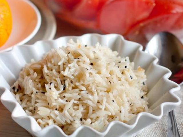 Рис с чесноком и черным кунжутом