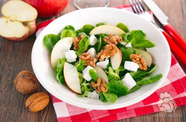 Яблочный салат с орехами и фетой