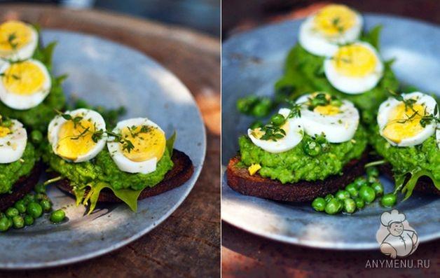 Тосты с зеленым горошком, яйцом и шпинатом